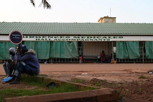 Dans la cour d'un hôpital à Ouagadougou. (Illustration).