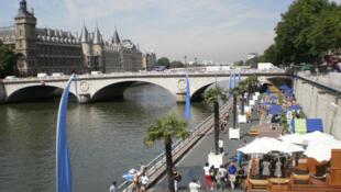 夏天的巴黎塞納河岸