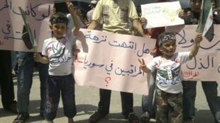 Manifestantes protestam contra o presidente Bashar al-Assad em Marra, perto de Alep, nesta sexta-feira.