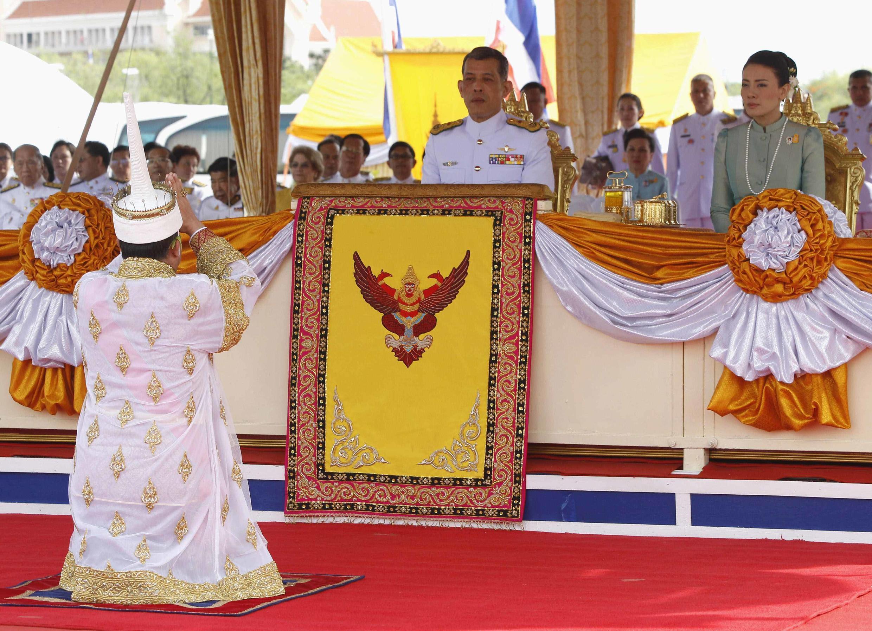 Thái tử Thái Lan Maha Vajiralongkorn và Vương phi Srirasmi tại Bangkok ngày 13/05/2014. Ảnh tư liệu