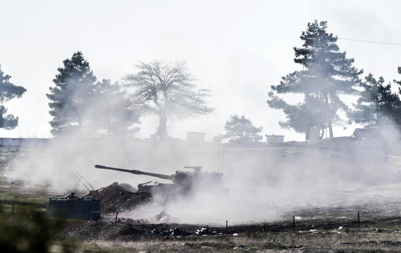 Турецкий танк наносит удары по территории Сирии недалеко от города Килис