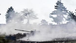 Xe tăng Thổ Nhĩ Kỳ ở gần biên giới Kilis, đang nã pháo vào lãnh thổ Syria.