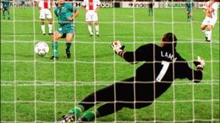 L'attaquant brésilien de Barcelone, Ronaldo, marque sur pénalty l'unique but du match face au gardien de but du Paris Saint-Germain, lors de la finale de la Coupe des Coupes, le 14 mai 1997 à Rotterdam