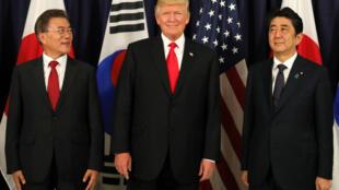 Tổng thống Hàn Quốc Moon Jae In (T), Hoa Kỳ Donald Trump (G) và thủ tướng Nhật Bản Shinzo Abe, gặp nhau bên lề G20, Hamburg, Đức, ngày 06/07/2017