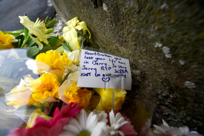 Flores em homenagem a Lyra McKee