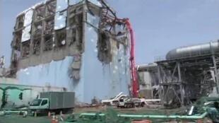 日本福岛核电站第四号核反应堆机房继续被浇水降温。照片摄于2011年五月六日。