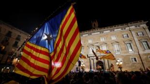 Celebraciones en la plaza Sant Jaume tras la declaración de independencia pronunciada por el Parlamento catalán, el 27 de octubre de 2017.