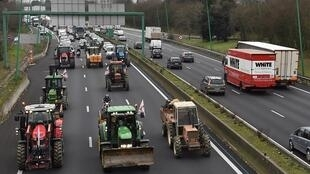 Farmers from the FDSEA union slow down traffic on the Toulouse ring road on Wednesday