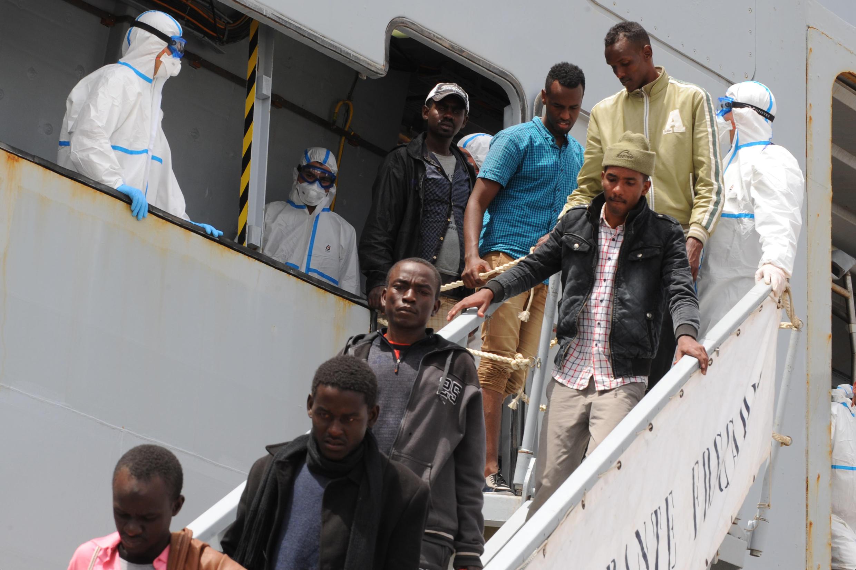 Des migrants débarquent d'un navire militaire italien, dans le port de Naples, utilisé notamment pour désengorger les ports siciliens surchargés. Ici, le 6 mai 2015. (Photo d'illustration)