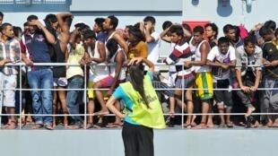 Migrantes desembarcam do navio da marinha irlandesa, Le Niamh, no porto siciliano de Palermo, le 6 de Agosto de 2015.