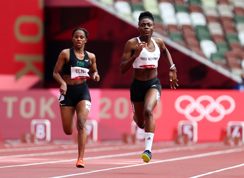 La Comorienne Amed Elna (derrière l'Equato-Guinéenne Alba Mbo Nchama) aux Jeux olympiques de Tokyo 2021.