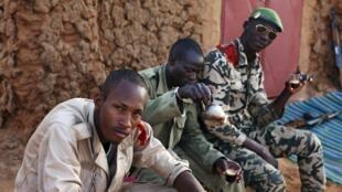 Des soldats maliens boivent le thé au checkpoint de Gao, le 4 mars 2013.