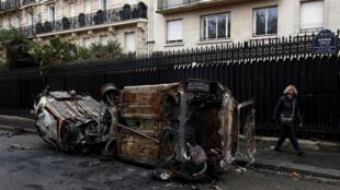 Paris : Cảnh xe hơi bị đốt phá bên lề cuộc biểu tình Áo Vàng, 01/12/2018.