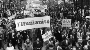 Des salariés de la presse manifestent à Paris le 29 mai 1968, pendant la grève générale de mai-juin 1968, lors du défilé organisé entre la Bastille et Saint-Lazare par le syndicat CGT.