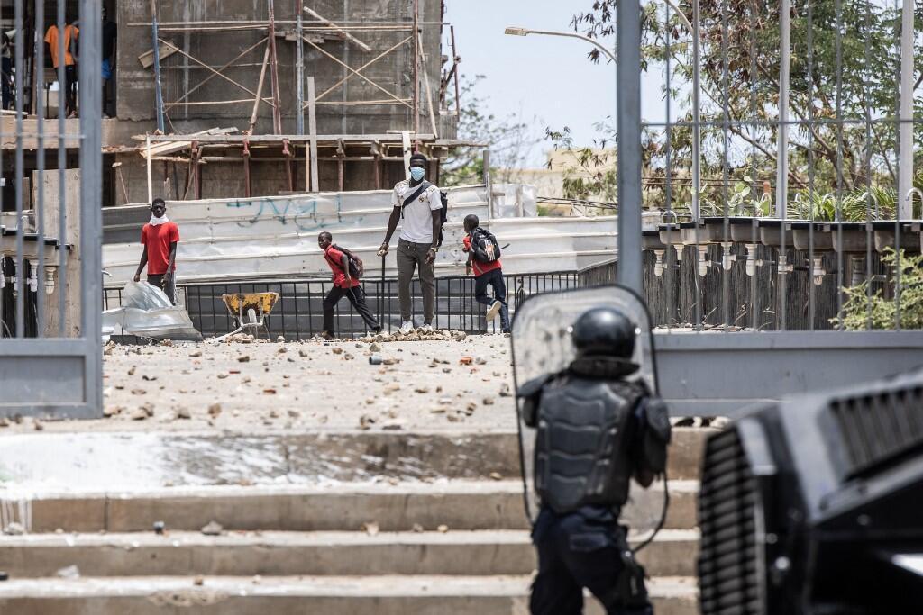 Vendredi 25 juin, Dakar. Des jeunes affrontent la police à l'université Cheikh Anta Diop pour protester contre la modification d'une loi.