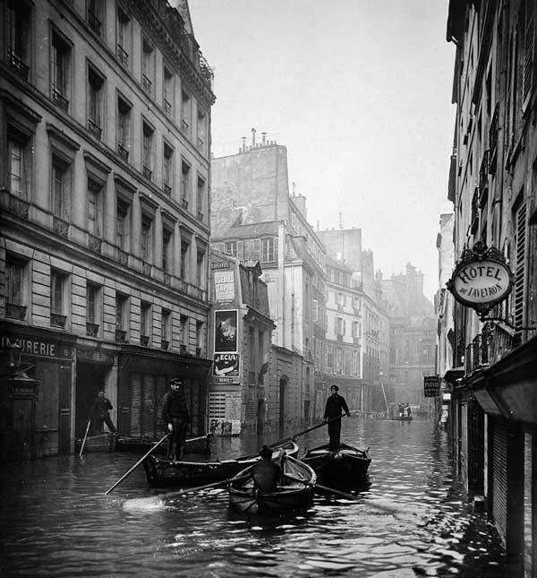 Улица в VI округе Парижа во время наводнения 1910 года.