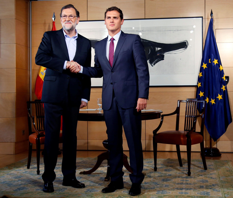 El jefe del gobierno español Mariano Rajoy y el líder de Ciudadanos Albert Rivera, este 18 de agosto de 2016.