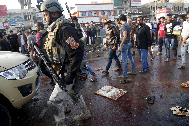 Иракский военный на месте взрывов на рынке в шиитском квартале Багдада, 28 февраля 2015 г.
