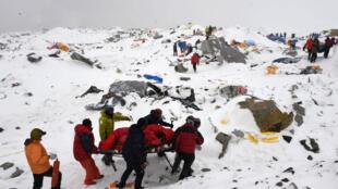 Timu za uokozi kubeba mwili wa mtalii aliyejeruhiwa baada ya kambi aliokuwemo ya Everest kuharibiwa na tetemeko Jumamosi Aprili 25.