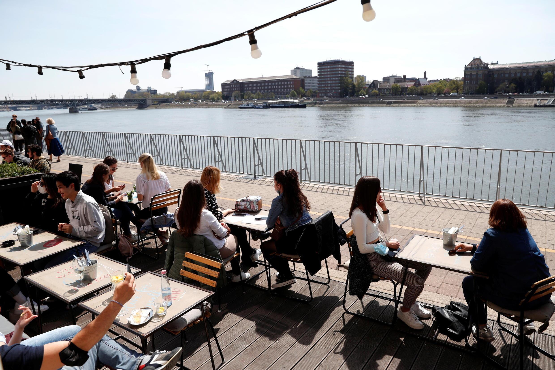 Depuis ce samedi 24 avril, les cafés et restaurants ont rouvert leurs terrasses en Hongrie (ici, à Budapest).
