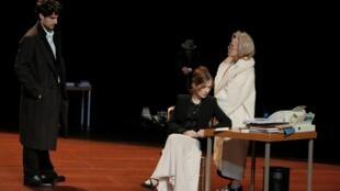 Сцена из спектакля «Ложные признания» Люка Бонди