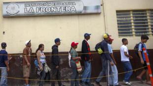 Venezuelanos fazem fila para receber comida em abrigo na cidade de Cucuta, na fronteira do país.