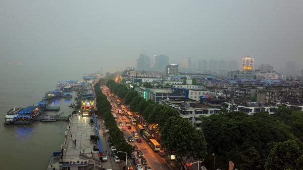 La ville de Wuhan. L'enquête des autorités chinoises a permis de déterminer que plusieurs patients contaminés travaillaient sur un marché de la cité, spécialisé dans la vente en gros de fruits de mer et de poissons.