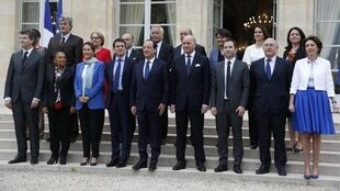 François Hollande et Manuel Valls, ainsi que les 16 ministres du nouveau gouvernement français, le 4 avril 2014, lors du premier Conseil des ministres.
