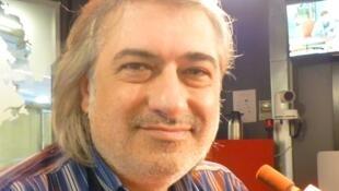 El dramaturgo y director teatral español Luis Miguel González en los estudios de RFI