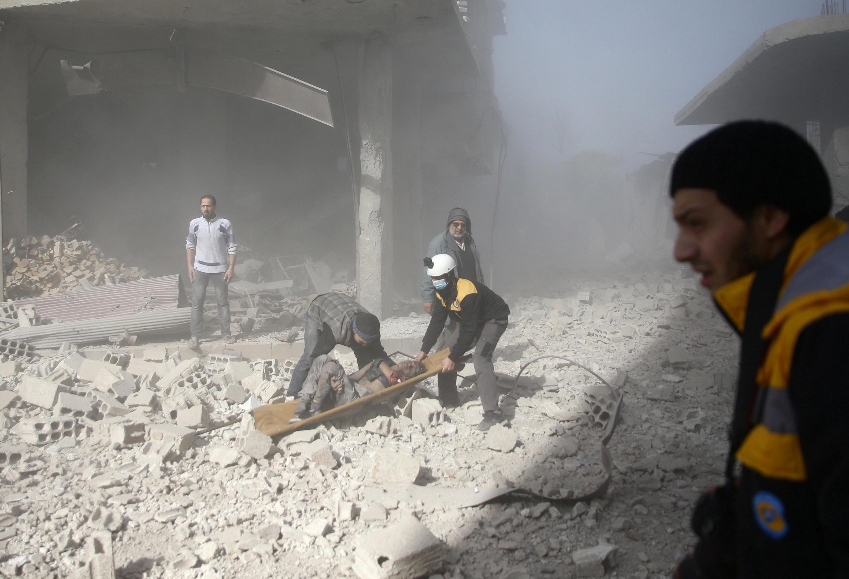 ប្រជាជនស៊ីវីលនាំគ្នាមកជួយសង្គ្រោះអ្នកត្រូវរងរបួសមួួយរូប នៅHamoriaភាគ ខាងកើតតំបន់ Ghouta (Damas) កាលពីថ្ងៃទី៣ធ្នូឆ្នាំ២០១៧