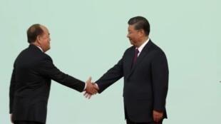 澳门特首贺一诚在宣誓就职后,与主持宣誓仪式的中国主席习近平握手