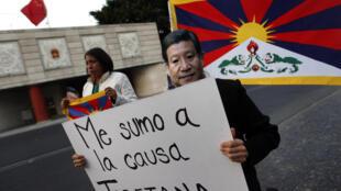 Biểu tình trước đại sứ quán Trung Quốc ở  Mehico ngày 10/11/2012 ủng hộ phong trào phản kháng của người Tây Tạng.