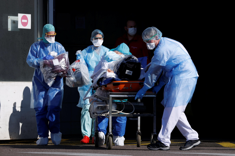 کووید ١٩ در فرانسه تا نیم روز سه شنبه ٢٤ مارس منجر به ابتلا ١٩٨۵٦ نفر گردیده که از این تعداد شمار افراد بستری شده به ٨٦٧۵ نفر بالغ میشود که حال ٢٠٨٢ نفر آنها در بخش مراقبتهای ویژۀ پزشکی وخیم ارزیابی می شود.