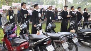Các linh mục và giáo dân Thái Hà trước cửa Ủy ban Nhân dân thành phố Hà Nội ngày 18/11/2011.