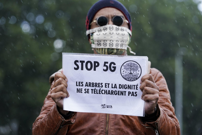 反對5G網絡的一名示威者在布魯塞爾,2020年6月。