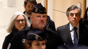 François Fillon et son épouse à leur arrivée au Tribunal de Paris, mercredi 24 février 2020.