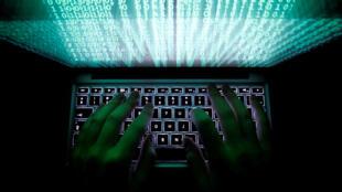 Un homme tape sur un clavier d'ordinateur, image d'illustration prise le 28 février 2013.