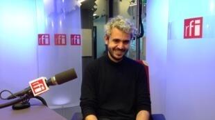 O estilista Francisco Terra de passagem pelos estúdios da RFI
