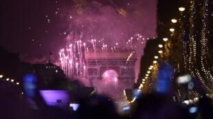 Show da virada em Paris acontece na avenida Champs-Elysées há cinco anos.