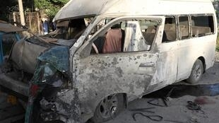 Le bus de la chaîne de télévision Khurshid après l'explosion, le samedi 30 mai 2020.