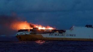 O navio mercante italiano Grande América, em chamas, ao largo da costa da Bretanha francesa.