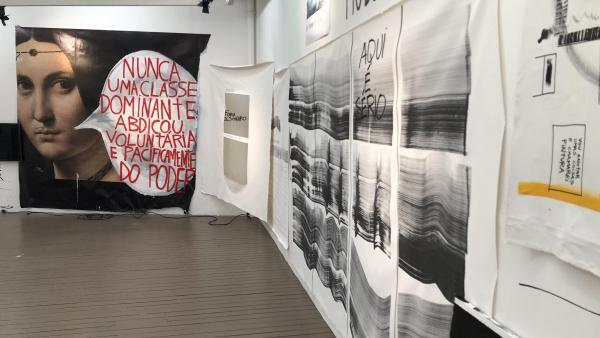 Colagens e pinturas do brasileiro Gustavo Speridião tomaram um dos andares da galeria parisiense Les Filles du Calvaire
