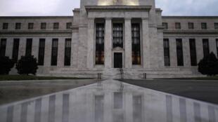 Faixada do Sistema de Reserva Federal (FED), nos Estados Unidos. A instituição pode reduzir o ritmo da compra de ativos para estimular a economia americana.