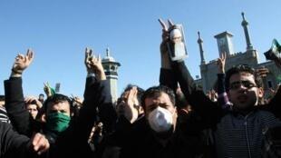 Des opposants au régime manifestent avec des foulards ou bracelets verts, pendant les funérailles du Grand ayatollah Montazeri, à Qom, le 21 décembre 2009.