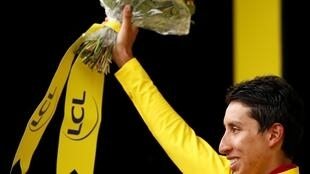 Egan Bernal vestido de amarillo en el podio de la meta instalada en Val-Thorens el 27 de julio de 2019.