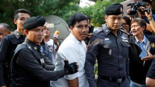 Arrestation d'un militant anti-coup d'Etat par la police de Bangkok, le 1er mai 2016.