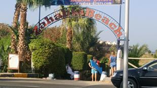 A entrada do hotel Zahabia, na praia de Hourghada, no Egito, onde as duas turistas alemãs foram mortas na sexta-feira, 14 de julho de 2017.