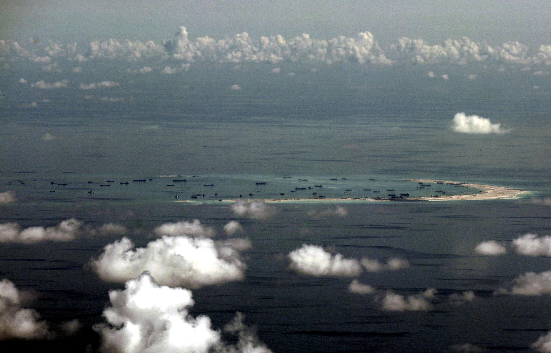 Không ảnh ngày 11/05/2015 cho thấy Trung Quốc hối hả đào đắp đảo nhân tạo tại Đá Vành Khăn, quần đảo Trường Sa.