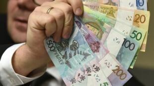 Рост ВВП в2% непозволяет исполнить требования Александра Лукашенко поросту кконцу года средней зарплаты до500долларов вмесяц.