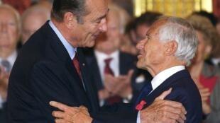 Le président Jacques Chirac congratule Jean d'Ormesson, après lui avoir remis la médaille de grand officier de la Légion d'honneur, le 22 octobre 2002.